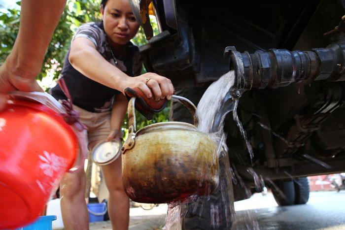 HN: Đường nước sông Đà giảm áp, hàng ngàn hộ dân thiếu nước